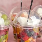 L'été les desserts et goûtés frais, c'est le top! 😋 Découvrez nos gobelets avec couvercles pour frappés ou salades de fruits! . . . . . . #emballage #desserts #fruits #summer #foodbazar